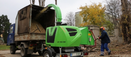 Compact wood chipper with unbraked chassis LS 160 DW