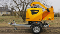 Powerful chipper with diesel engine on braked chassis LS 160 DWB